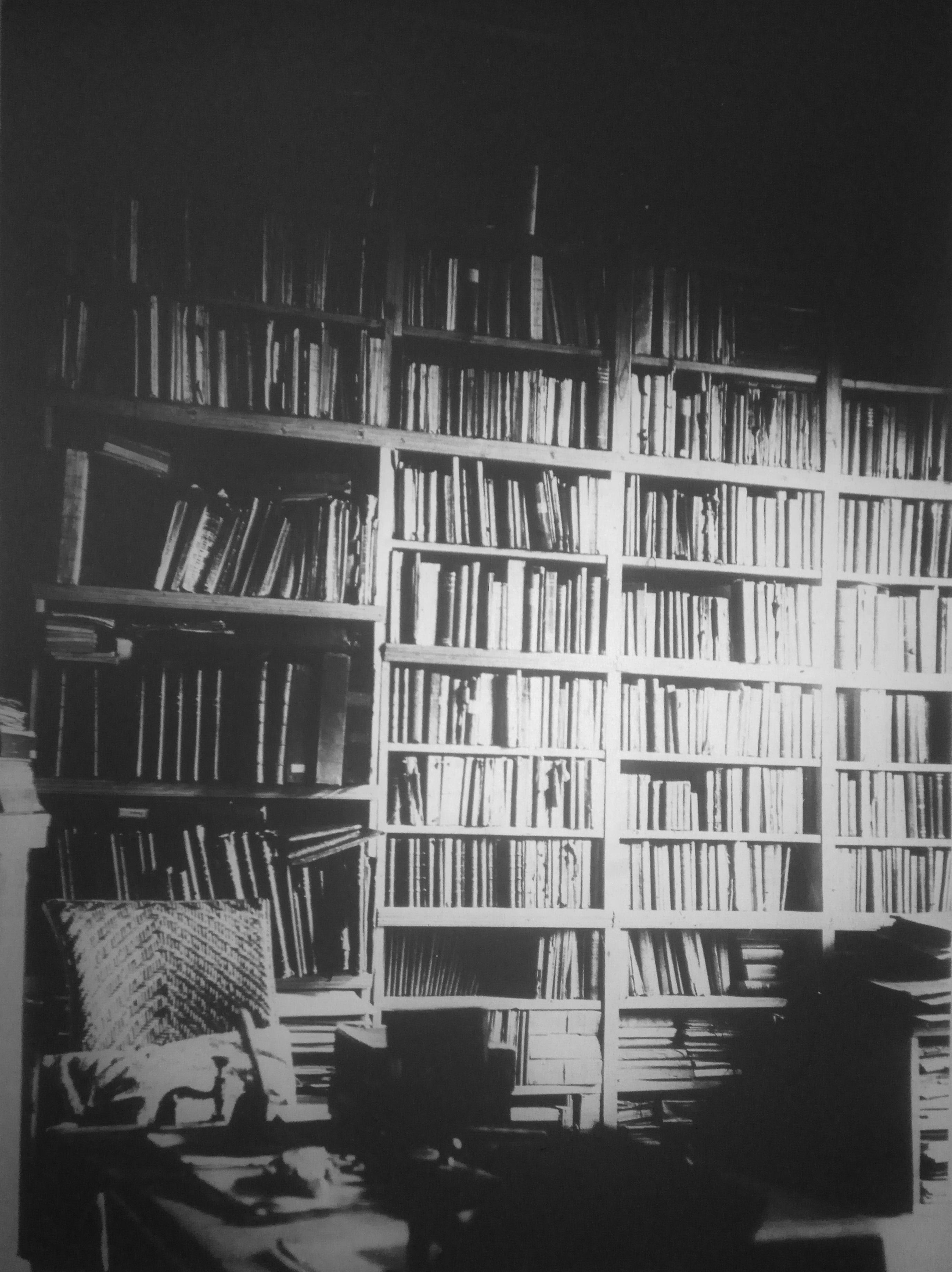 Экспозиция музея П.А.Кропоткина, рабочий кабинет, книжные полки, верстак