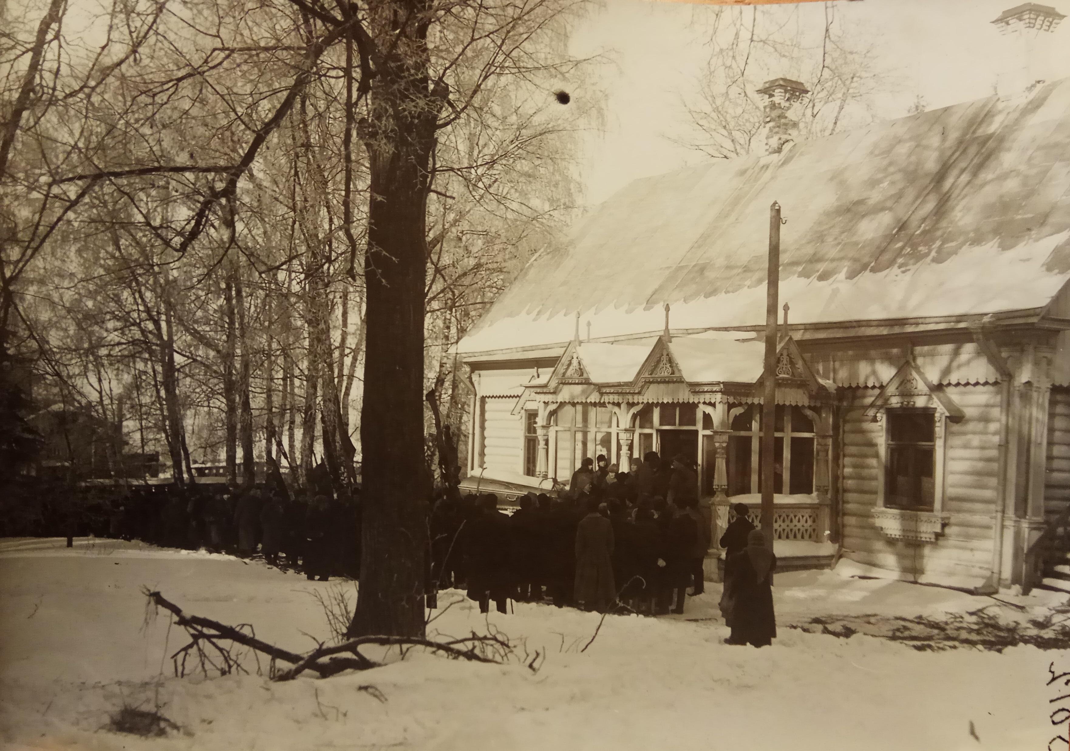 Очередь у дома в Дмитрове, чтобы проститься с прахом покойного П.А.Кропоткина