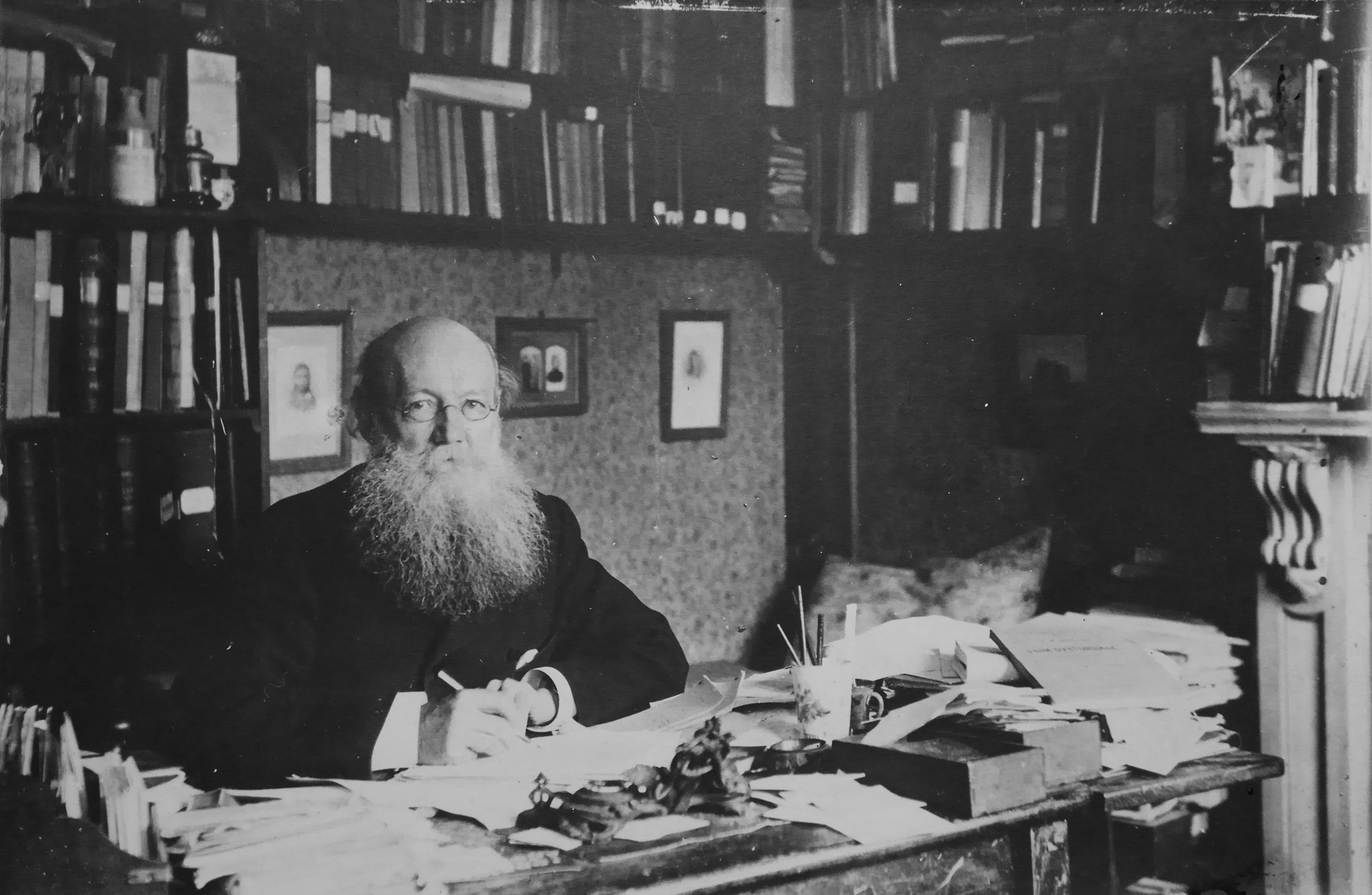П.А.Кропоткин в рабочем кабинете, за столом собственного изготовления