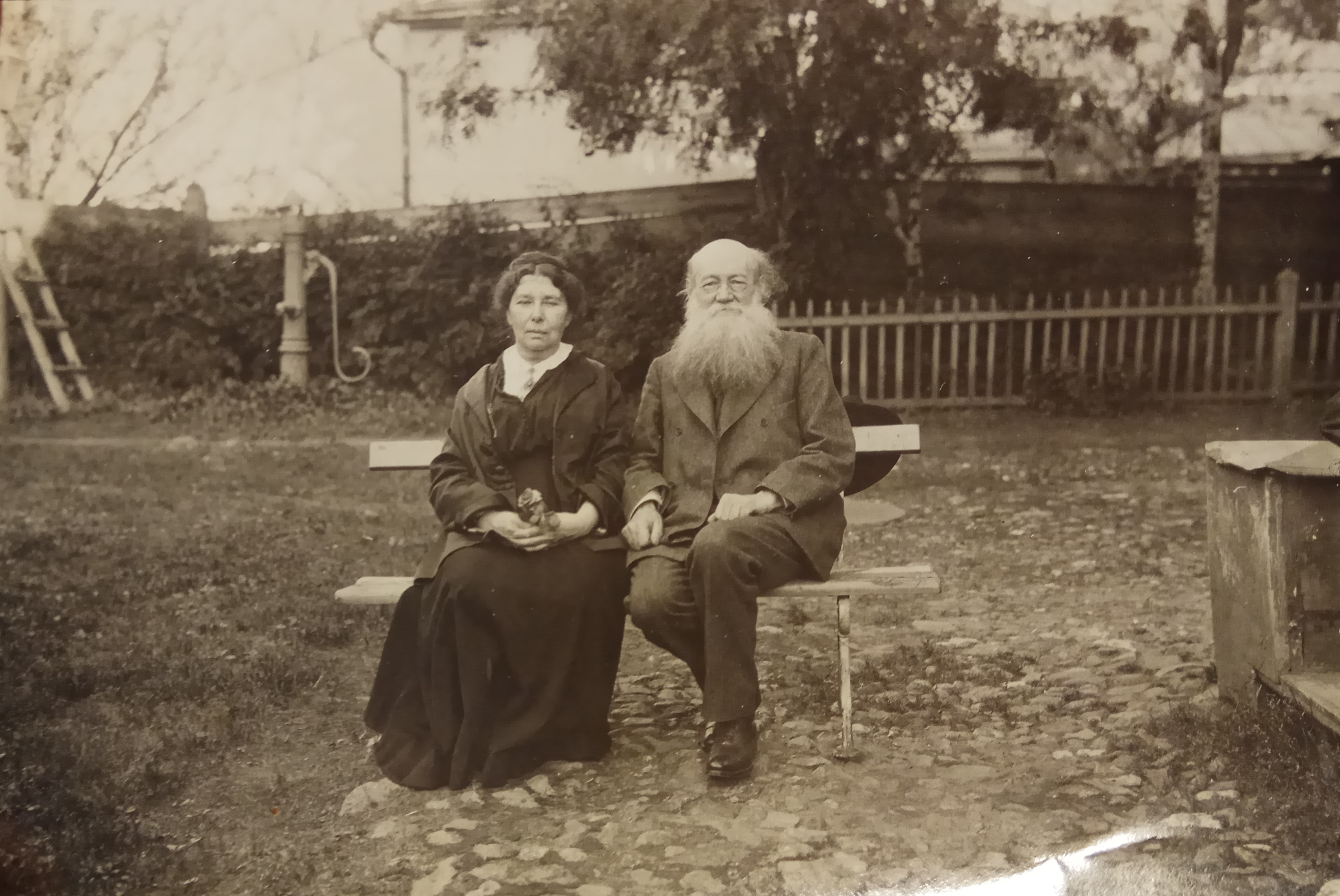 С.Г.Кропоткина и П.А.Кропоткина перед домом в Дмитрове