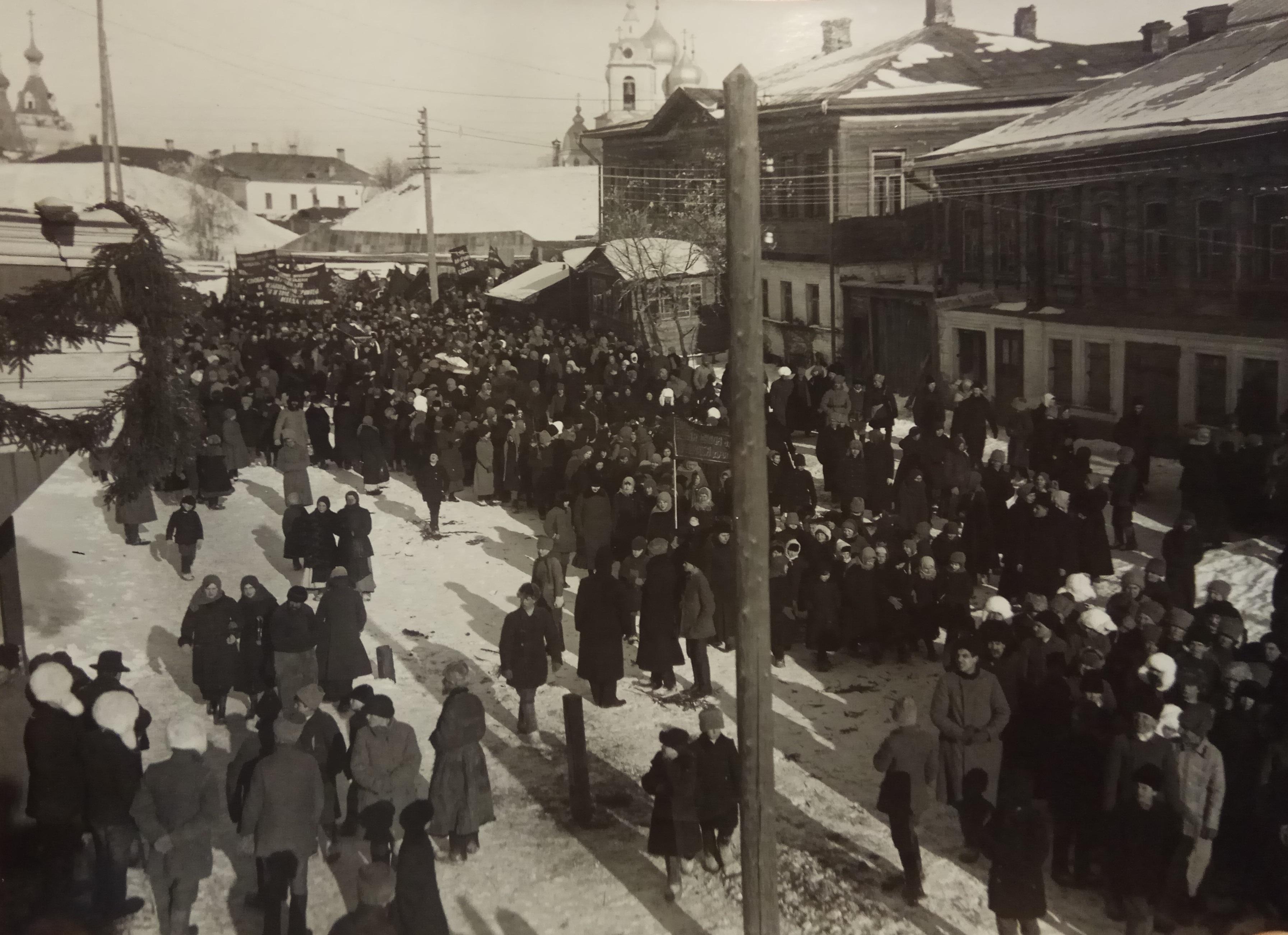 Шествие по городу Дмитрову на вокзал для отправки тела П.А.Кропоткина в Москву